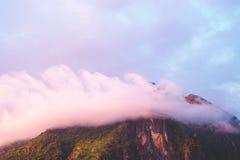 Nubes hermosas durante puesta del sol Fotografía de archivo
