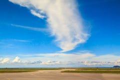 Nubes hermosas en el aeropuerto fotografía de archivo