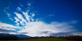 Nubes hermosas en el cielo azul Foto de archivo libre de regalías