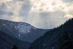 Nubes hermosas en las colinas Foto de archivo