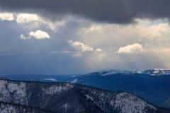Nubes hermosas en las colinas Imagenes de archivo