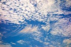 Nubes hermosas en un día claro fotos de archivo libres de regalías