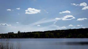 Nubes hermosas que se mueven sobre el lago o el río almacen de metraje de vídeo