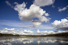 Nubes hermosas sobre el lago del bosque Imagenes de archivo