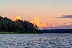 Nubes hermosas sobre el lago en la puesta del sol en un día de verano imagen de archivo libre de regalías