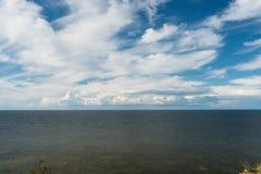Nubes hermosas sobre el mar Báltico imagen de archivo libre de regalías