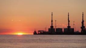 Nubes hermosas sobre el puerto en la puesta del sol, nubes de oro sobre el puerto almacen de metraje de vídeo