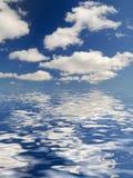 Nubes hermosas sobre fondo del océano Imagenes de archivo