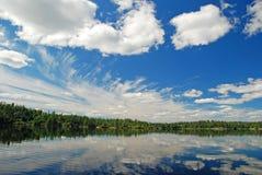 Nubes hermosas y agua tranquila imagen de archivo