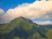 Nubes hinchadas sobre la montaña Foto de archivo libre de regalías