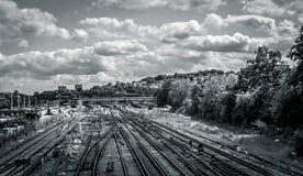 Nubes imponentes sobre vías del tren fotos de archivo