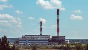 Nubes industriales del timelapse sobre la central eléctrica metrajes