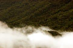 nubes inferiores en montaña Fotos de archivo