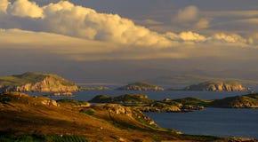 Nubes, islas del verano, Coigach, Escocia Foto de archivo
