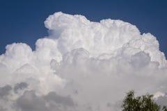 Nubes lechosas blancas en el cielo azul imagen de archivo