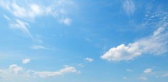 Nubes ligeras en el cielo azul Foto ancha Fotografía de archivo libre de regalías