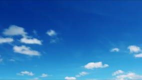 Nubes ligeras rápidas en el cielo azul