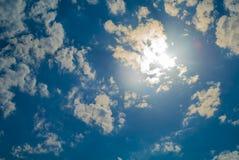 Nubes, llamarada solar y cielo azul fotos de archivo