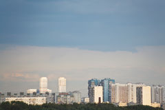 Nubes lluviosas azul marino sobre casas urbanas Fotografía de archivo libre de regalías