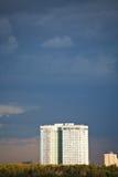Nubes lluviosas azul marino sobre edificio de apartamentos Fotos de archivo
