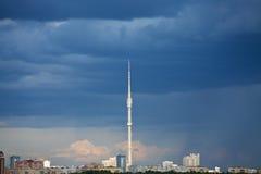 Nubes lluviosas azul marino sobre torre de la TV Imagen de archivo