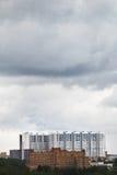 Nubes lluviosas grises sobre edificio de apartamentos Fotos de archivo