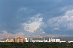 Nubes lluviosas oscuras en cielo de la puesta del sol sobre ciudad Imagenes de archivo