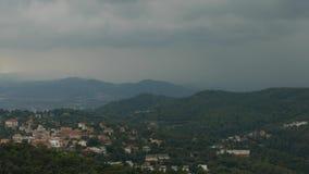 Nubes lluviosas oscuras sobre el pueblo acogedor del valle, Barcelona almacen de metraje de vídeo