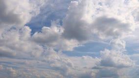 Nubes lluviosas que mueven el cielo encendido de oscurecimiento Fondo hermoso de la naturaleza Concepto del tiempo Cierre de Time metrajes