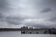 Nubes lluviosas sobre el río de Hudson Imagen de archivo