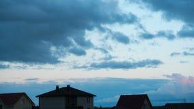 Nubes móviles en la puesta del sol almacen de metraje de vídeo