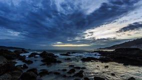 Nubes móviles hermosas sobre el océano en la puesta del sol en Phuket, Tailandia almacen de video