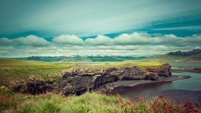 Nubes móviles sobre paisajes islandeses de la montaña metrajes