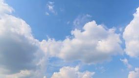 Nubes móviles y cielo azul almacen de metraje de vídeo