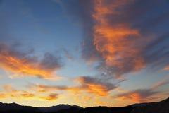 Nubes magníficas en una puesta del sol imagenes de archivo