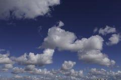 Nubes, masa visible del vapor de agua condensado que flota en la atmósfera imagen de archivo