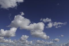 Nubes, masa visible del vapor de agua condensado que flota en la atmósfera foto de archivo libre de regalías