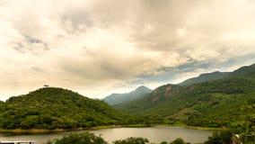 Nubes, montañas y lago Fotografía de archivo