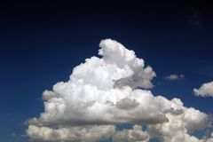 Nubes mullidas   Fotografía de archivo