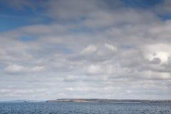 Nubes mullidas blancas abajo por el mar Imagen de archivo libre de regalías