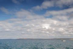 Nubes mullidas blancas abajo por el mar Foto de archivo