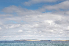Nubes mullidas blancas abajo por el mar Fotos de archivo libres de regalías