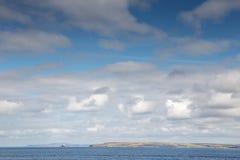 Nubes mullidas blancas abajo por el mar Fotografía de archivo