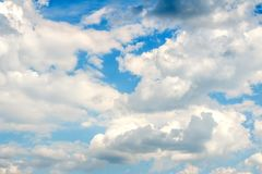 Nubes mullidas blancas como la nieve en un cielo azul Imagenes de archivo