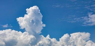 Nubes mullidas blancas en cielo azul fotos de archivo