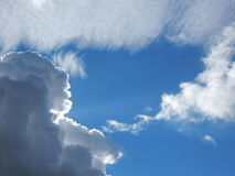 Nubes mullidas blancas en cielo azul Imagenes de archivo