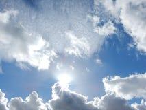 Nubes mullidas blancas en cielo azul Foto de archivo libre de regalías