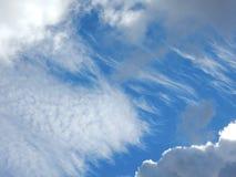 Nubes mullidas blancas en cielo azul Fotografía de archivo libre de regalías