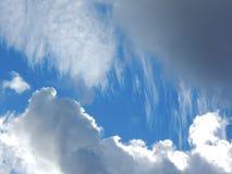 Nubes mullidas blancas en cielo azul Imagen de archivo