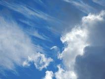 Nubes mullidas blancas en cielo azul Foto de archivo